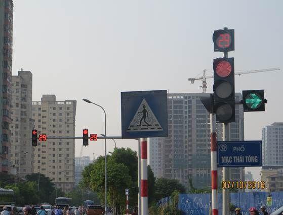 Đèn tín hiệu giao thông tại nút giao Mạc Thái Tông – Nguyễn Chánh – TP. Hà Nội